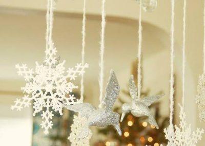 Horgolt fehér hópelyhek és madarak